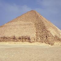 14.- Pirámide de Snefrú, de vertiente apuntada o doble vertiente