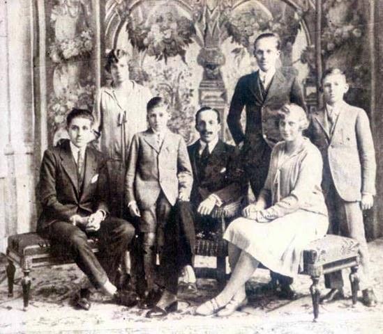 En mayo de 1927, el matrimonio Alfonso XIII y Victoria Eugenia celebran sus Bodas de Plata. A la derecha, de pie, don Alfonso 'Príncipe de Asturias', ...