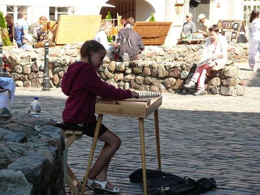 Юная музыкантша