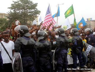 La police encadre les partisans de l'UDPS le 5/9/2011 à Kinshasa, lors du dépôt de la candidature d'Etienne Tshisekedi pour la présidentielle 2011, le 5/09/2011 au bureau de réception, traitement des candidatures et accréditation des témoins et observateurs de la Ceni à  Kinshasa. Radio Okapi/ Ph. John Bompengo
