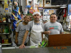 João o  Chef, ladeado pelo auxiliares Maurício, à esquerda (novo na casa) e Paulinho, veterano de balcão e generoso no preparo dos pratos