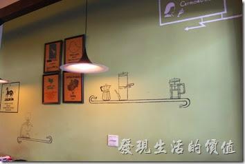 台南【席瑪朵咖啡烘培棧】立賢路總店牆壁上的掛畫與塗鴉的吧台。