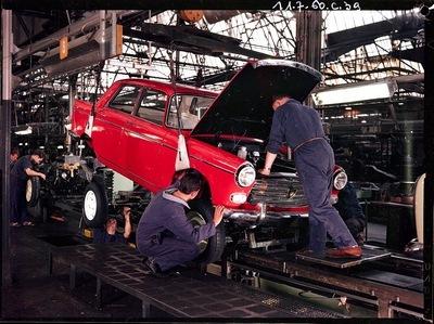 Descente de caisse d'une Peugeot 404 en 1960