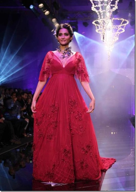 Sonam-Kapoor-Walk-The-Ramp-For-IIJW-2011s-finale-show-4-7