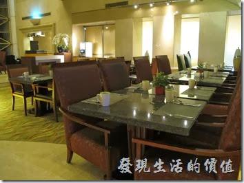 上海-齊魯萬怡大酒店。這是16樓的行政房以上專用的早餐、下午茶的空間,等你升等到金卡等級或多付些錢住到較好的客房就可以來這裡用餐了,不需要人擠人,但餐點相對比較少。