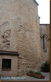 Torre romana integrada en la torre campanario de la Iglesia