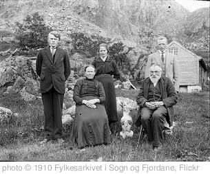 'Family portrait' photo (c) 1910, Fylkesarkivet i Sogn og Fjordane - license: http://www.flickr.com/commons/usage/