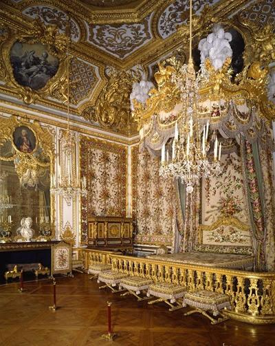 Dormitorio de Luis XIV. Mas actuales son los aposento interiores del rey, de carácter privado y que están decorados con boisieres o paneles dorados.