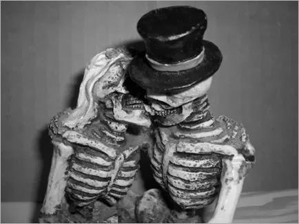 Kissing_Skulls_by_Stock_Karr