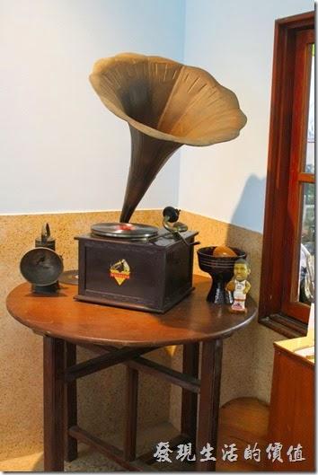 台南安平-運河路7號-創意市集 民宿。這台留聲機應該很古老了,轉盤還是用手搖的那種。