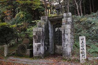 旧土砂吐樋門(右)と旧中樋取水口(左)