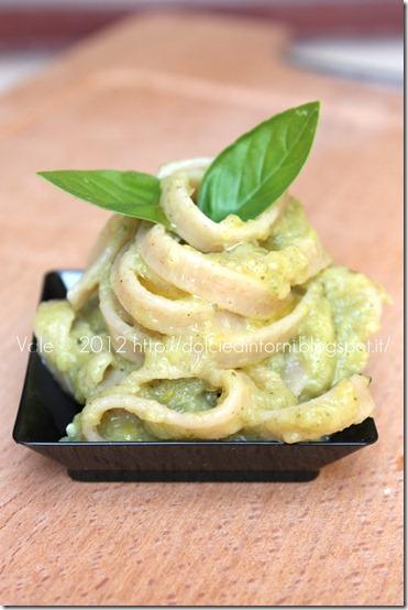 Tagliatelle integrali al pesto di zucchine e basilico