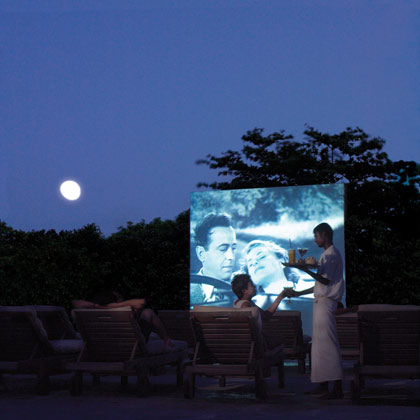 This resort in the Maldives really knows the best spot for an alfresco film screening: poolside. (via travellerinspire.com)