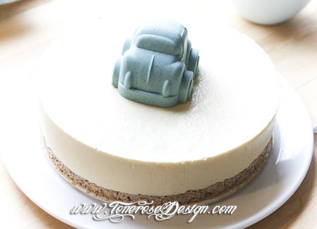 Iskake barnedåp - pyntet med boblebil av hvit sjokolade farget blå