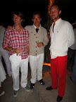 Ezequiel Nervi y el grupo más colorido de la fiesta de blanco. Foto: Mirabaires.