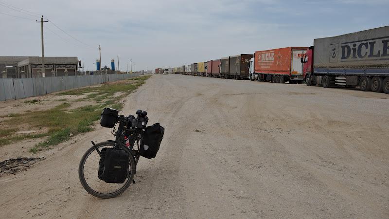 Dupa 2 ore de birocratie prima intalnire cu drumuriule turkmene.