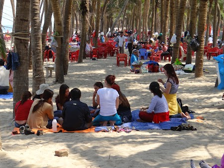 33. Vietnamezi la plaja.JPG