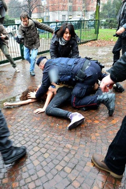 Полицейский кого-то зачем-то повалил на землю и...