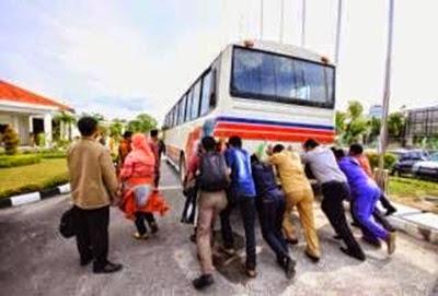 Rombongan_Kafilah_Jawa_Barat_Dorong_Bus_di_Asrama_Haji