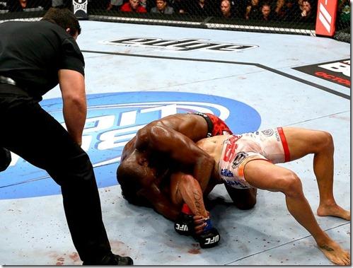 Jon Jones encaixa uma americana em Vitor Belfort e vence a luta no UFC 152 (Foto: Getty Images)