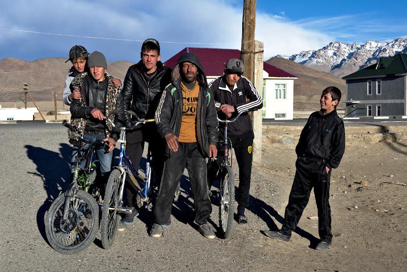 Tineri tadjici si unul din betivii orasului.