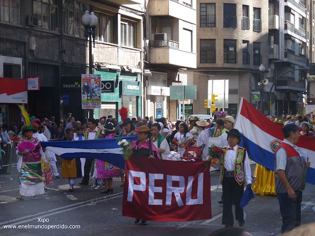 latinos-en-la-ofrenda-de-flores-a-la-virgen-del-pilar.JPG