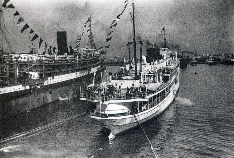 El CIUDAD DE CADIZ y el URUGUAY en su triste labor de buques prisión. Del libro El Sueño de una Generación. El Crucero Universitario por el Mediterraneo de 1933.jpg