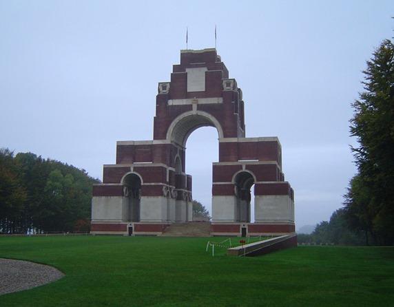 La ncropole de Thiepval: sur les plaques de marbre blanc en bas du monument sont ports les noms de 72 205 soldats britanniques tus dans la Somme