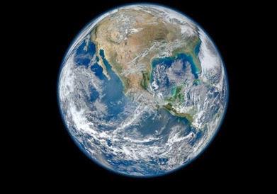 Terra. É uma das imagens mais famosas da Terra - deu origem à expressão berlinde azul, e foi tirada há 40 anos pelo satélite Suomi NPP.