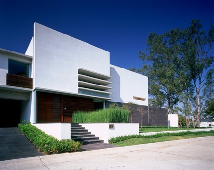 Una casa moderna con materiales nobles que genera un lenguaje sobrio elegante arquitexs - Materiales para fachadas de casas ...