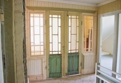 Hall med spröjsade spegeldörrar