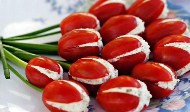 flores de tomate cereja com cottage manjericão e talo de cebolinha