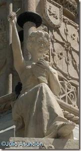Estatua alegórica - Monumento a los Fueros - Pamplona