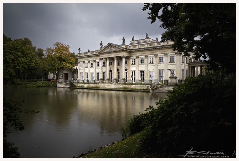 Warszawa. Pałac Łazienkowski w pełnej krasie na chwilę przed deszczem.