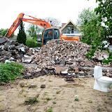 En masse nedrivningsaffald og et enkelt funktionelt WC.
