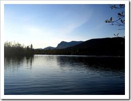 Man kan hyra kanot och paddla här, är nog säkert trevligt.
