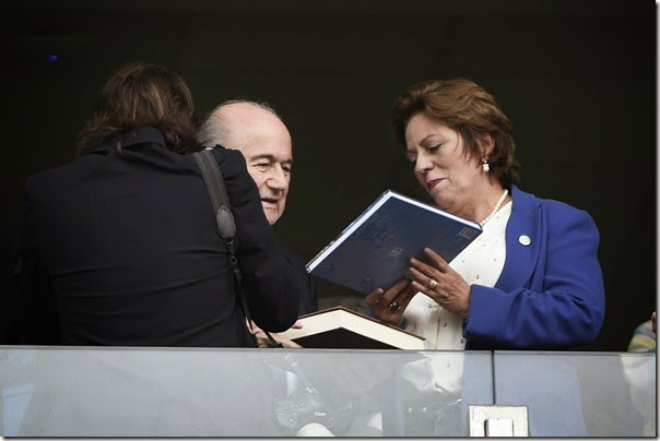 Governadora assiste ao jogo de Itália e Uruguai acompanhada de Joseph Blatter - Elisa Elsie (1)