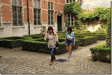 マルガレータの宮殿、中庭を歩く姪ちゃんたち