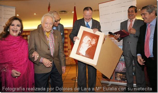 Fotografía realizada por Dolores de Lara a Mª Eulalia con su nietecita