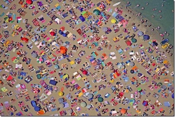 Sommer in Deutschland: Strandbad am Baggersee aus der Luft