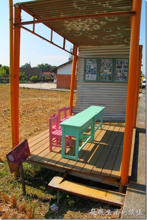 台南-土溝村。這個原來可能是檳榔攤或是公車的候車亭,將小學生得課桌椅擺在這裡並圖上繽紛的顏色,也曉富趣味。