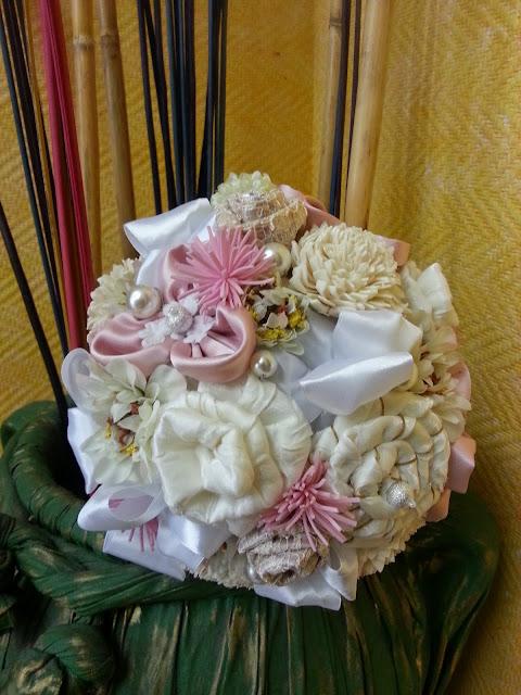 ramo de novia artificial realizado a mano en tonos rosa, beige y marfil para una boda especial
