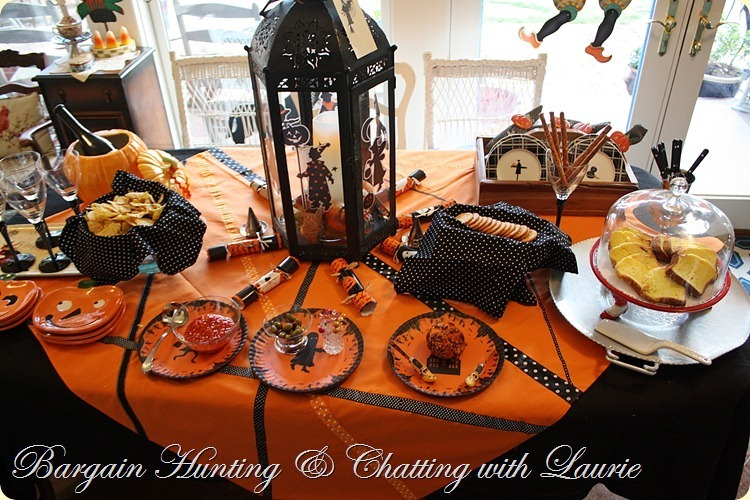 TABLE HWEEN PARTY