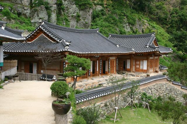 Nhà cổ hanok Andong tại làng Gasong lợp ngói âm dương