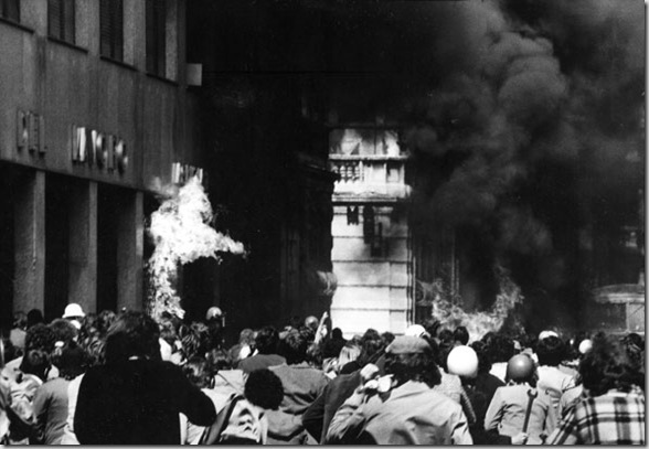 Durante l'assalto alla sede del M.S.I. in via Mancini, Milano, 1975