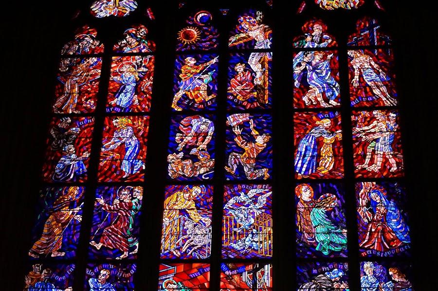 Витражные окна в соборе