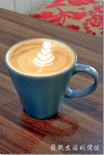 台南-帕里諾咖啡。原味熱拿鐵咖啡,上面拉出了一朵漂亮的花。
