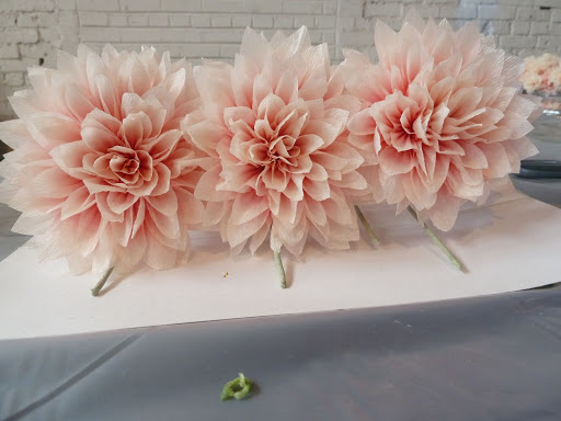 Look again. These babies are made of crepe paper! Half of the tables featured faux blooms while others boasted fresh flowers.