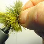 5. Na trzonku haczyka wiążę pęczki sarniej sierści, dołem żółtą, od góry brązową i oliwkową.