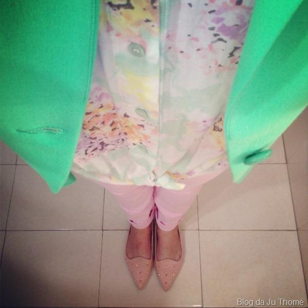 look calça rosa, camisa floral e blazer verde (1)